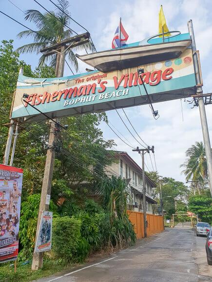 Straße mit Torbogen (Aufschrift Fishermans Village)