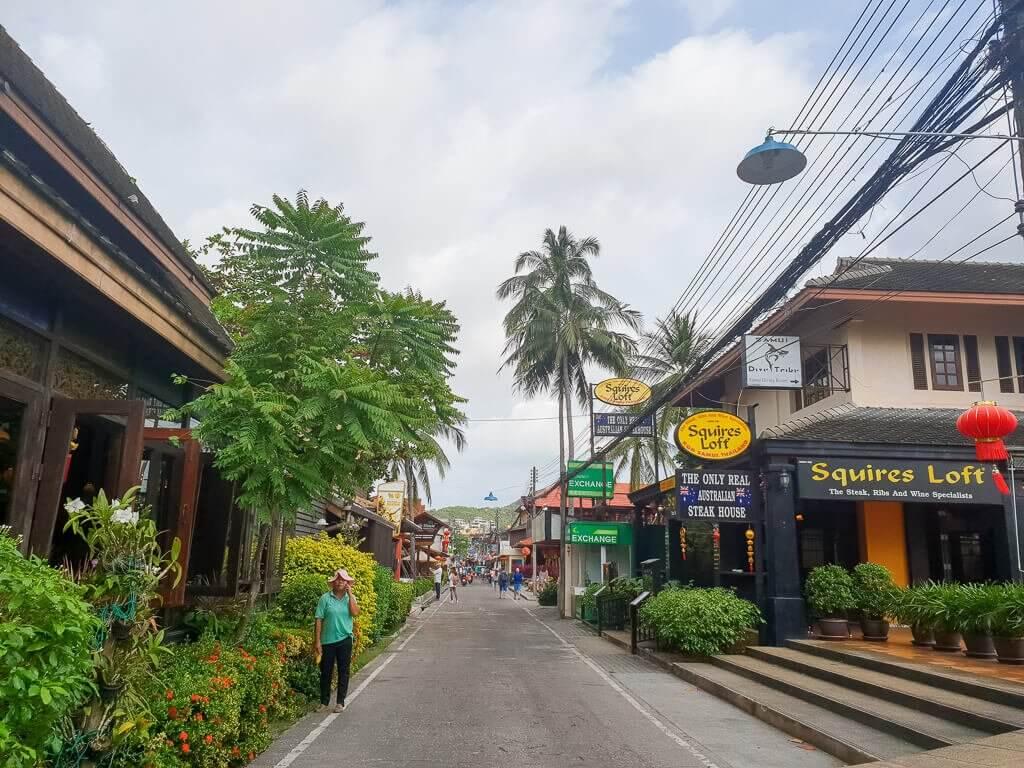 Fishermans Village Bophut - Ko Samui - Straße Palmen und Häuser am Straßenrand