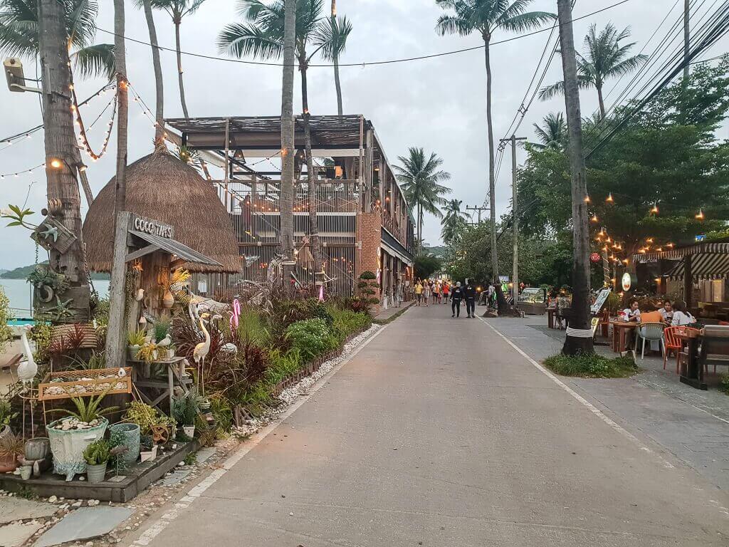 Bophut Fishermans Village - Straße mit Palmen und Hütten am Rand