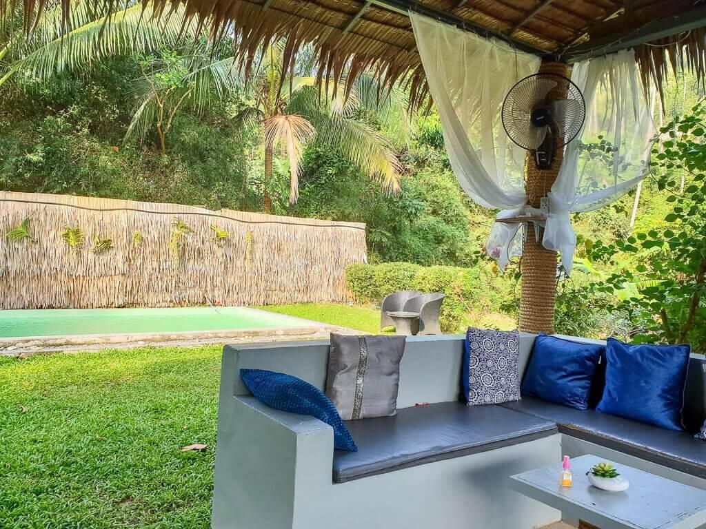 Ko Samui, Loungebereich mit Pool im Grünen