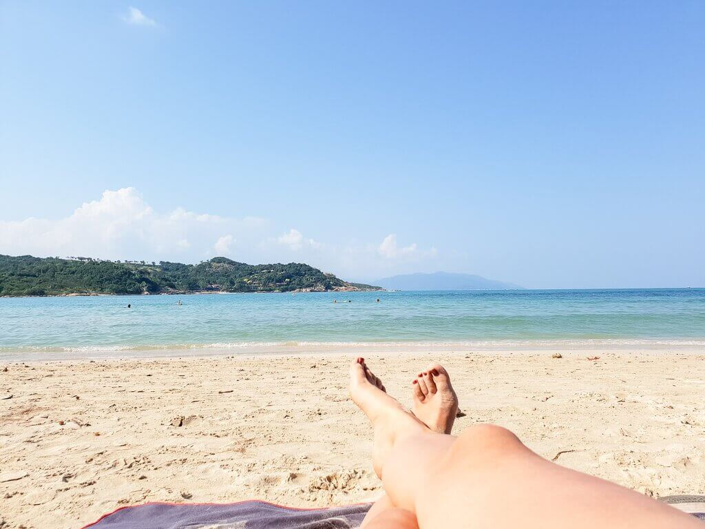 Strand mit Meer im Hintergrund