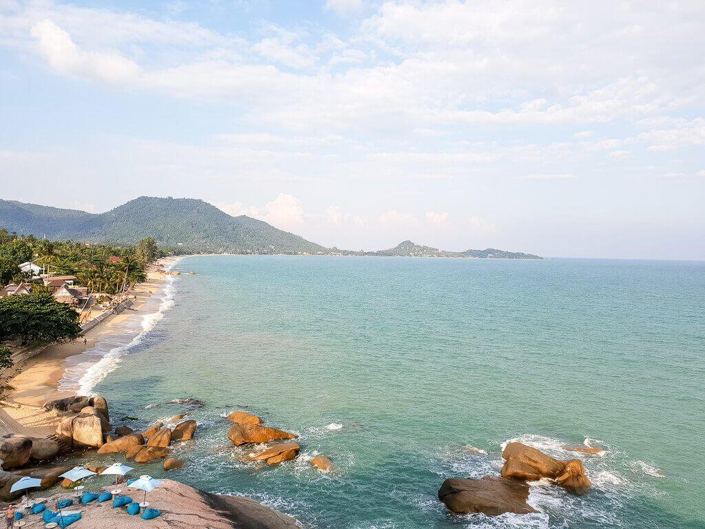Aussicht auf Lamai Beach auf Ko Samui; Strand mit Palmen und Meer
