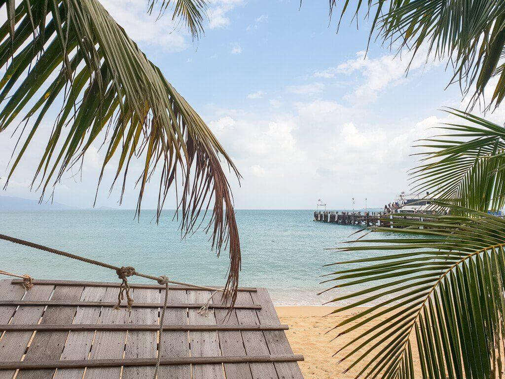 Ko Samui - Mae Nam Beach - Blick auf das Meer zwischen Palmen und einem Holzsteg