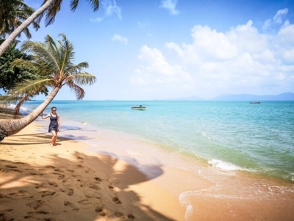 Ko Samui - Mae Nam Beach - Strand mit Meer und Palmen