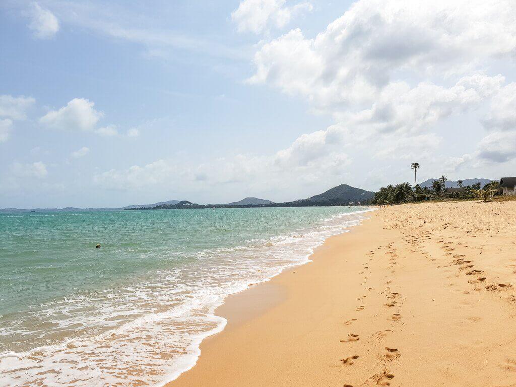 Mae Nam Beach - Ko Samui - Strand mit Fußspuren im Sand und Meer