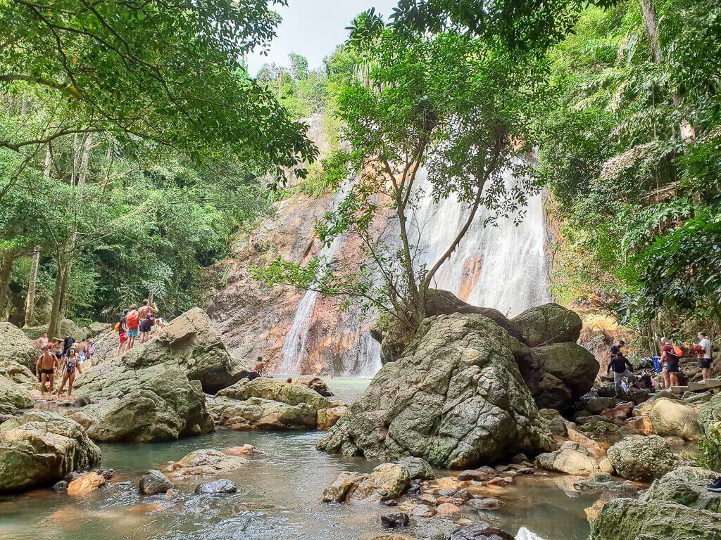Ko Samui, Na Muang Wasserfall 1; Wasserfall fällt zwischen den Bäumen in einen Teich