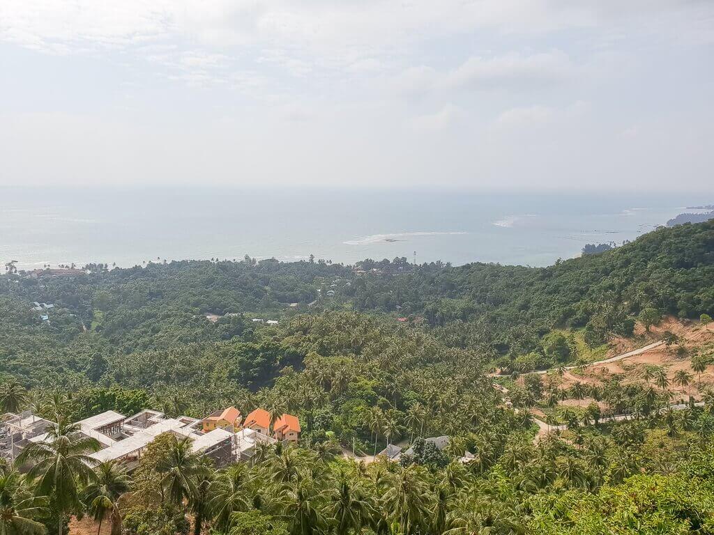 Aussicht über Ko Samui; Wälder, Meer und Gebäude sind sichtbar