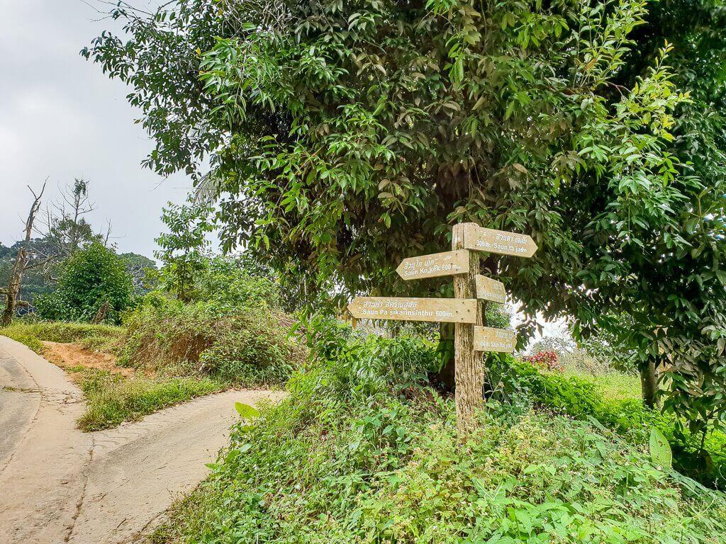Wegweiser im Dschungel von Ko Samui