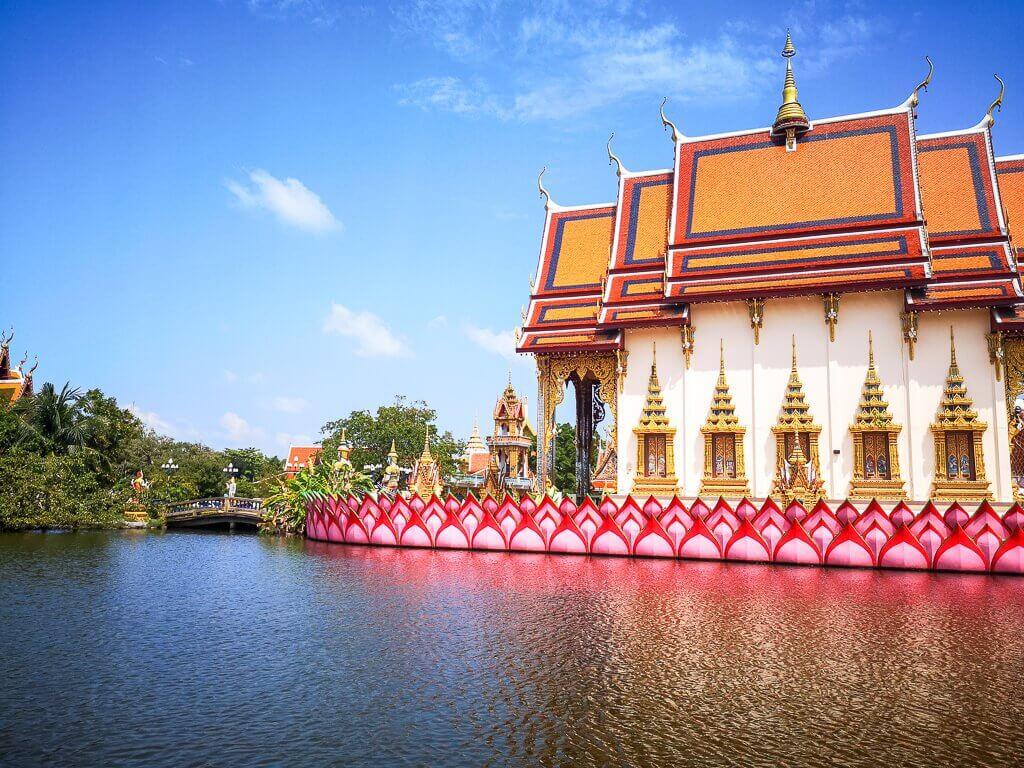 Wat Plai Laem Ko Samui - Teich mit einem bunt gestalteten Tempelgebäude