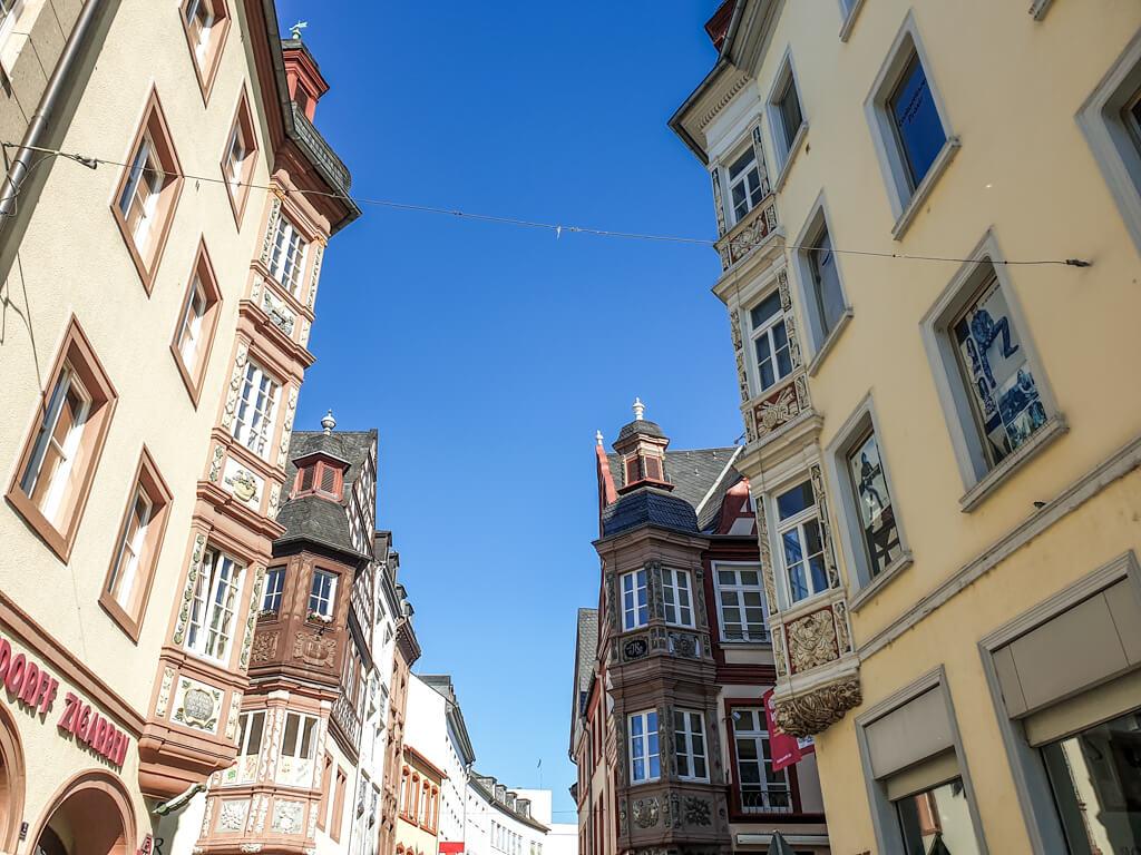 Blick in die Altstadt von Koblenz mit vier Gebäuden mit verzierten Ecktürmen