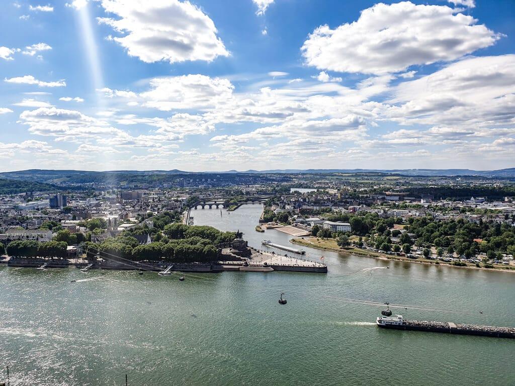 Blick auf das Deutsche Eck in Koblenz - Rhein und Mosel fließen hier zusammen und eine Seilbahn schwebt über den Rhein