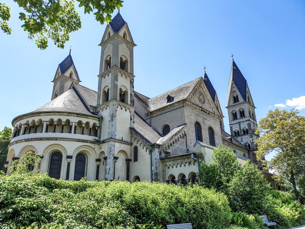 große Basilika aus hellem Sandstein mit vier eckigen Türmen und einer aufwändigen Architektur