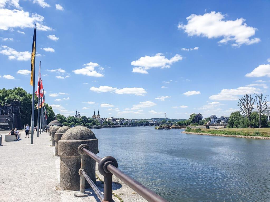 Länderflaggen am Deutschen Eck, daneben fließt die Mosel