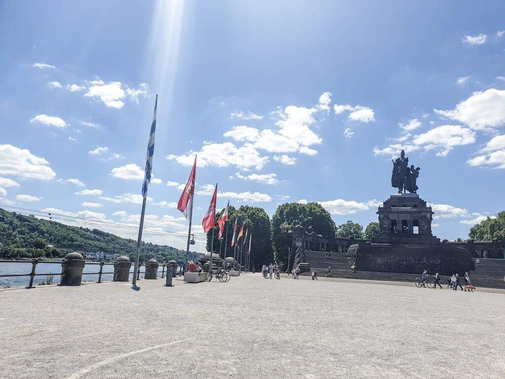 große Statue von Wilhelm I. und Blick auf den Rhein am Deutschen Eck