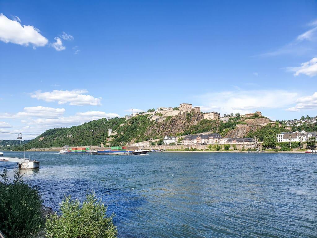 Blick über den Rhein zur Festung Ehrenbreitstein auf der anderen Seite des Ufers