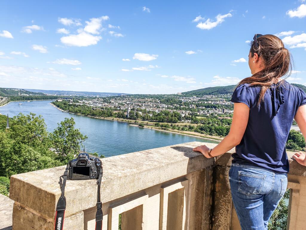 Schloss Stolzenfels - Frau blickt über den Rhein