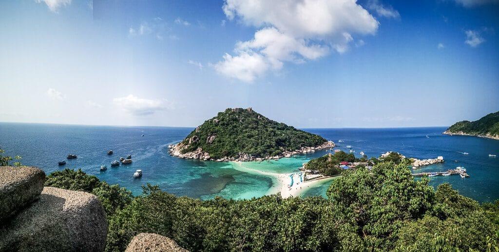 Koh Nang Yuan Viewpoint mit Blick auf eine Insel, verbunden mit einer Sandbank mitten im Meer