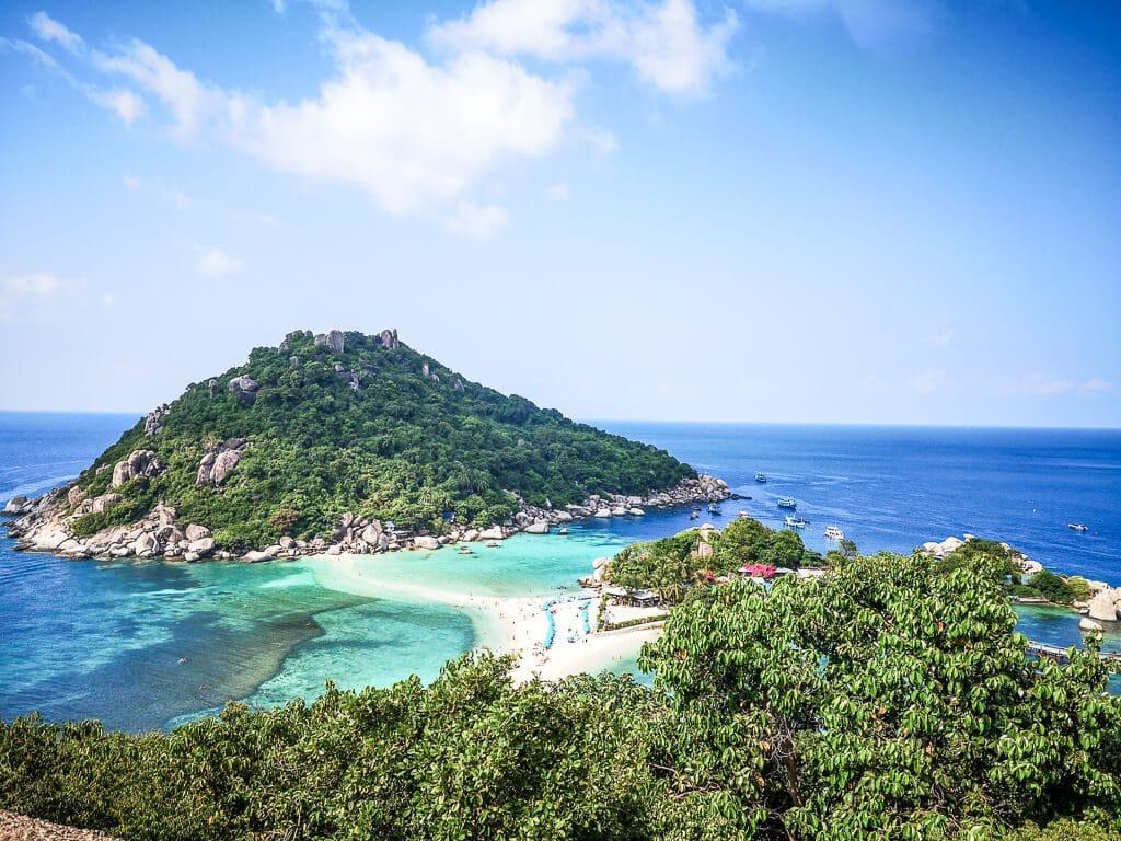 Viewpoint mit Blick auf eine Insel, verbunden mit einer Sandbank mitten im Meer