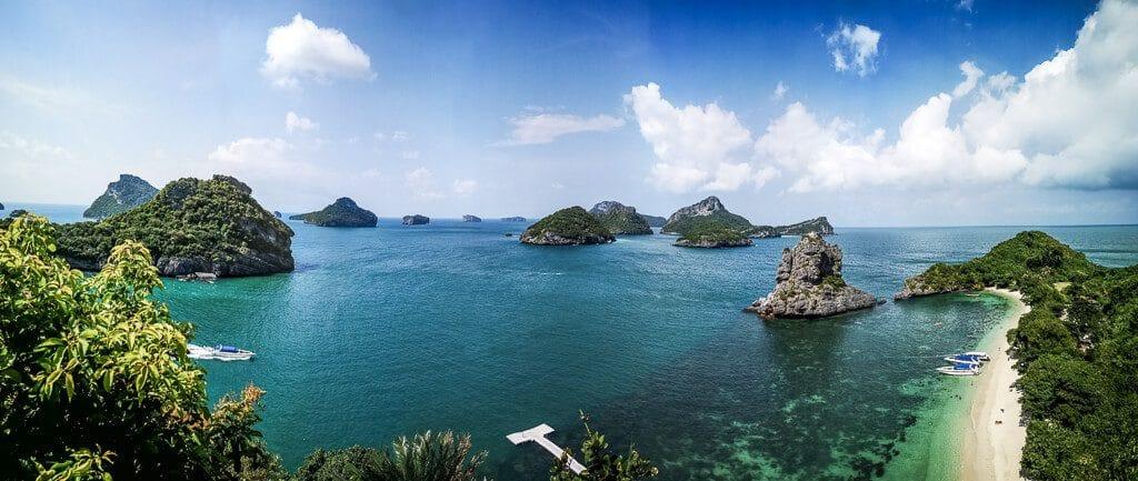 Panorama mit Meer, Strand und vorgelagerten, kleinen Inseln