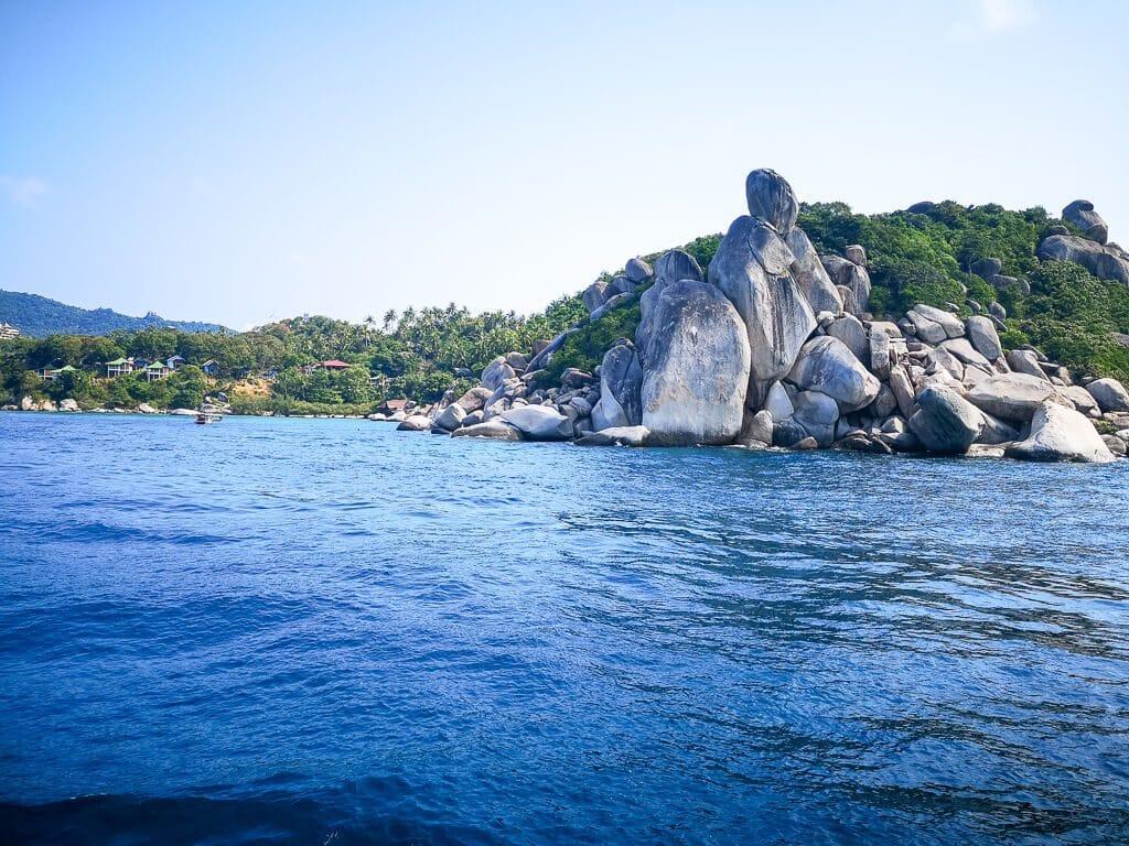 Meer mit Felsen und einer Insel