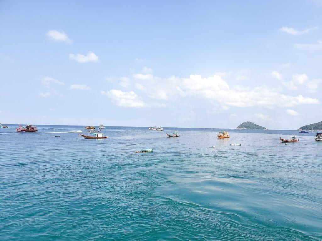 Meer mit Booten im Wasser - im Hintergrund eine kleine Insel