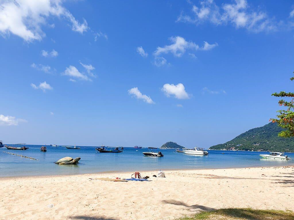 Strand mit Booten im Meer