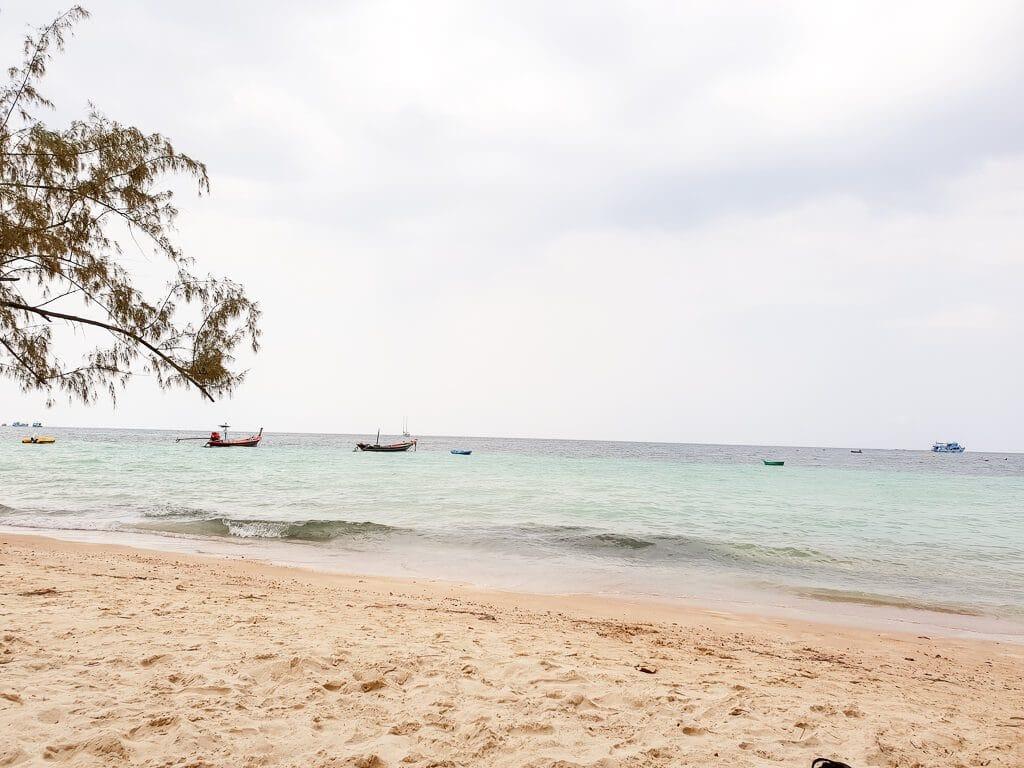 Sandstrand mit Meer und Schiffen
