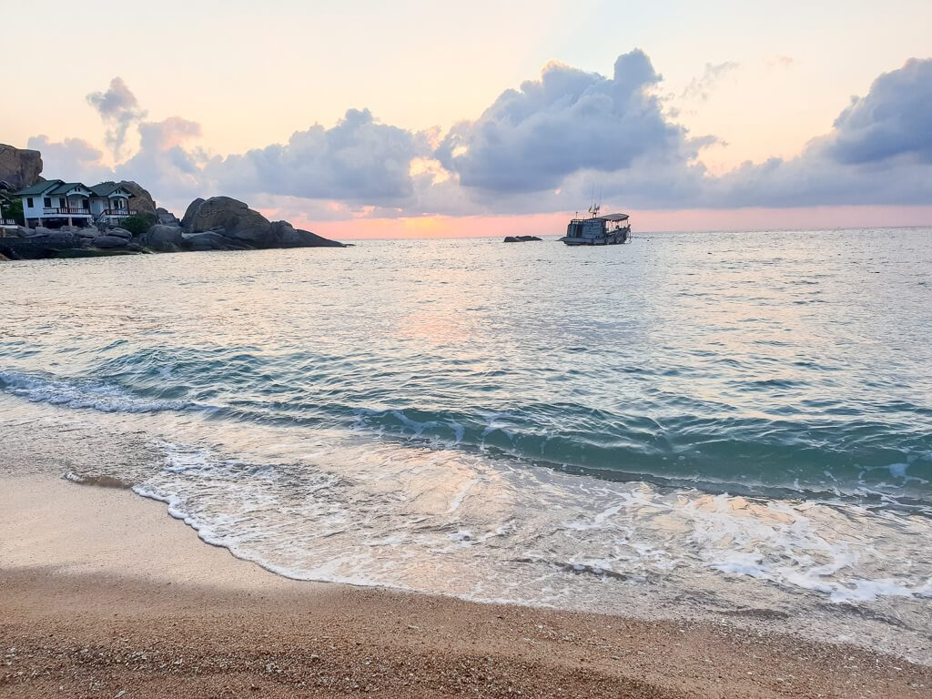 Sonnenaufgang über dem Meer am Strand