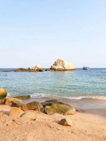 Tanote Bay - Strand mit Felsen und Meer