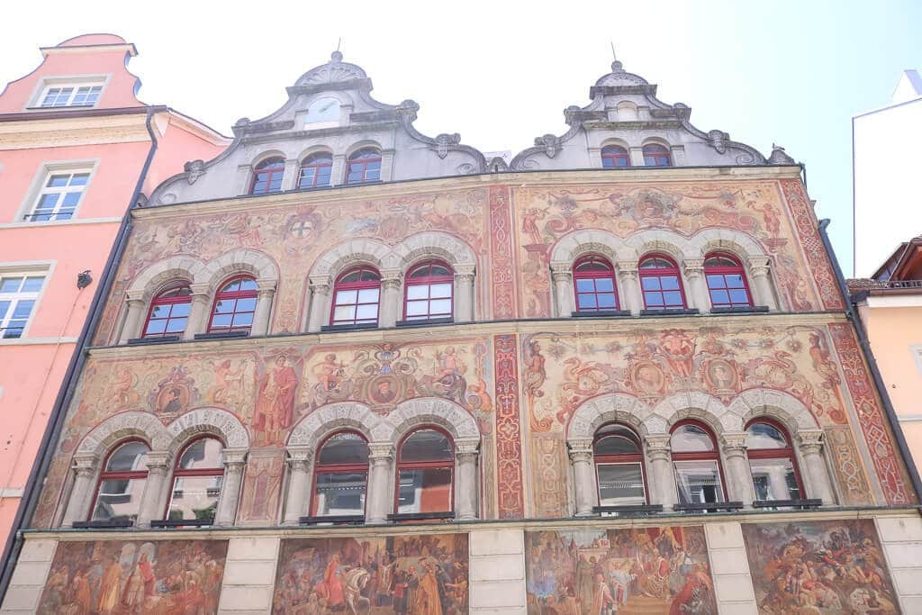 bunt verzierte Hausfassade eines historischen Hauses