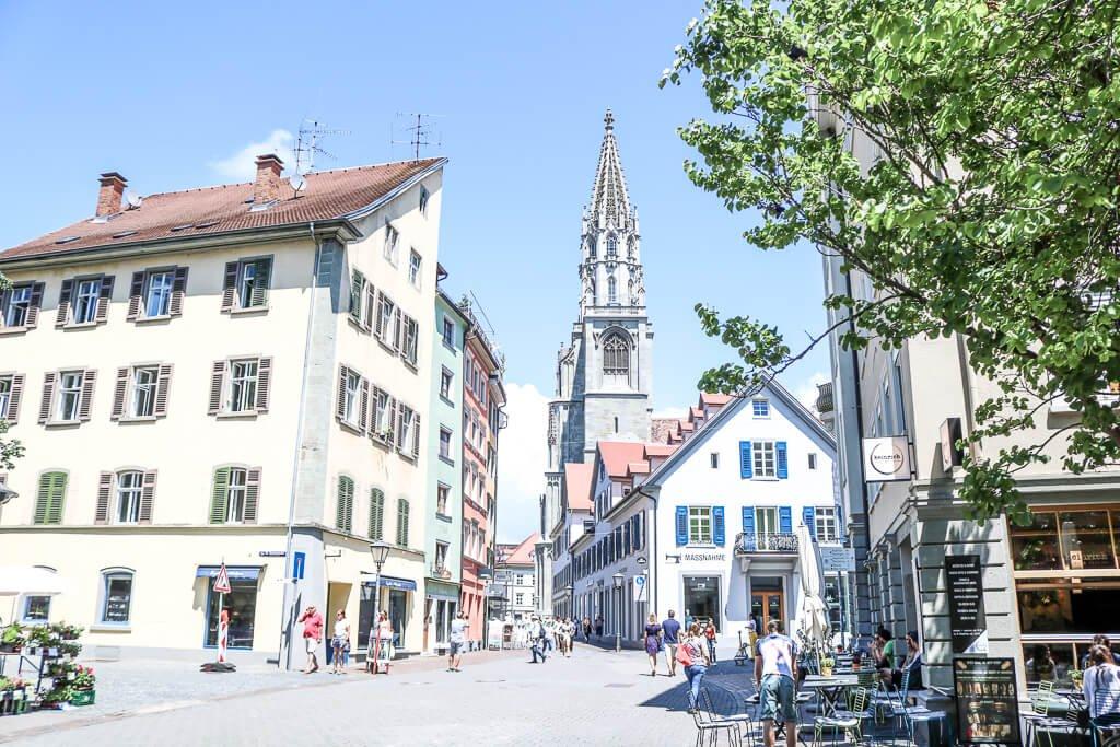 Altstadt - kleiner Platz mit Häusern und einem Kirchturm in der Mitte