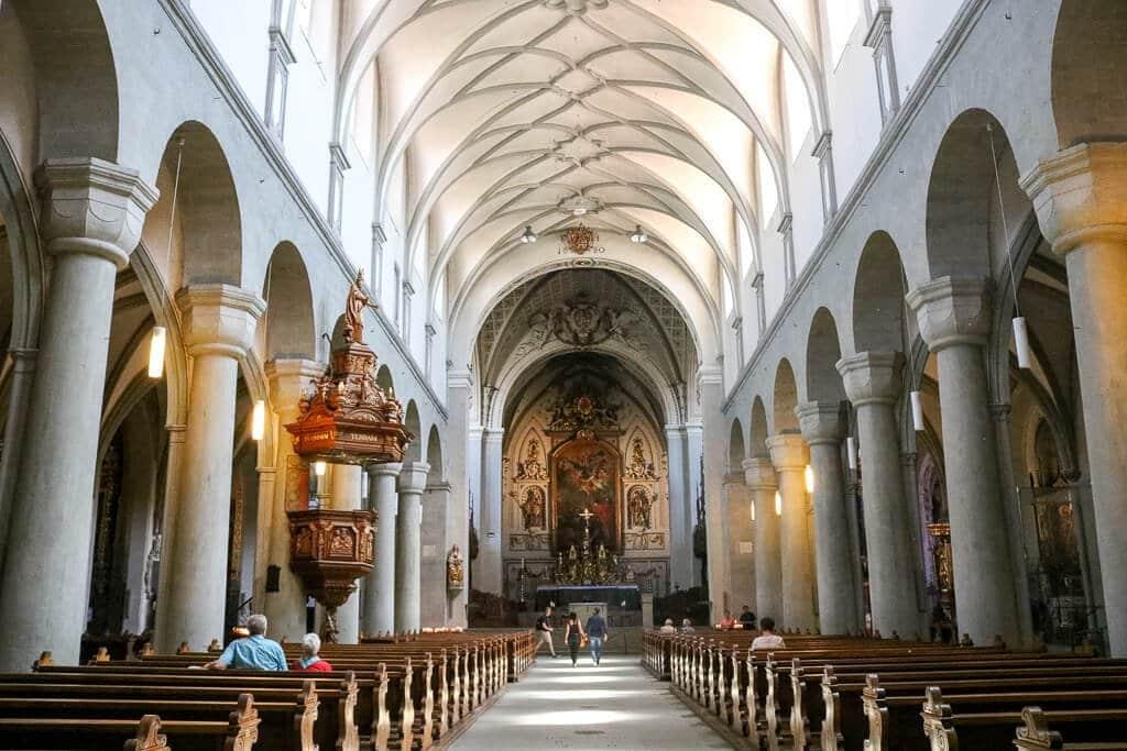 Kirchenraum mit hohen Decken und weißen Säulen