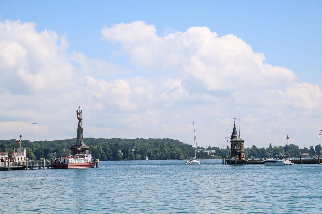 Hafenbecken - links und rechts eine Statue
