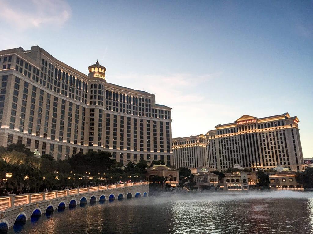 große Wasserfläche vor dem Bellagio-Hotel in Las Vegas. Hinter dem Wasser befindet sich das Hotel