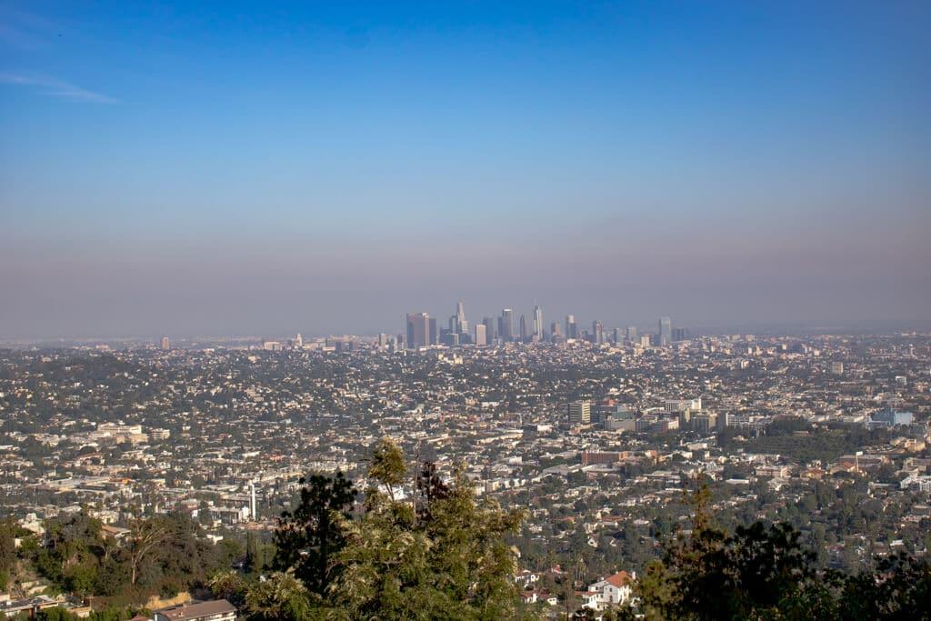 Blick auf die Stadt Los Angeles von einem Aussichtspunkt aus