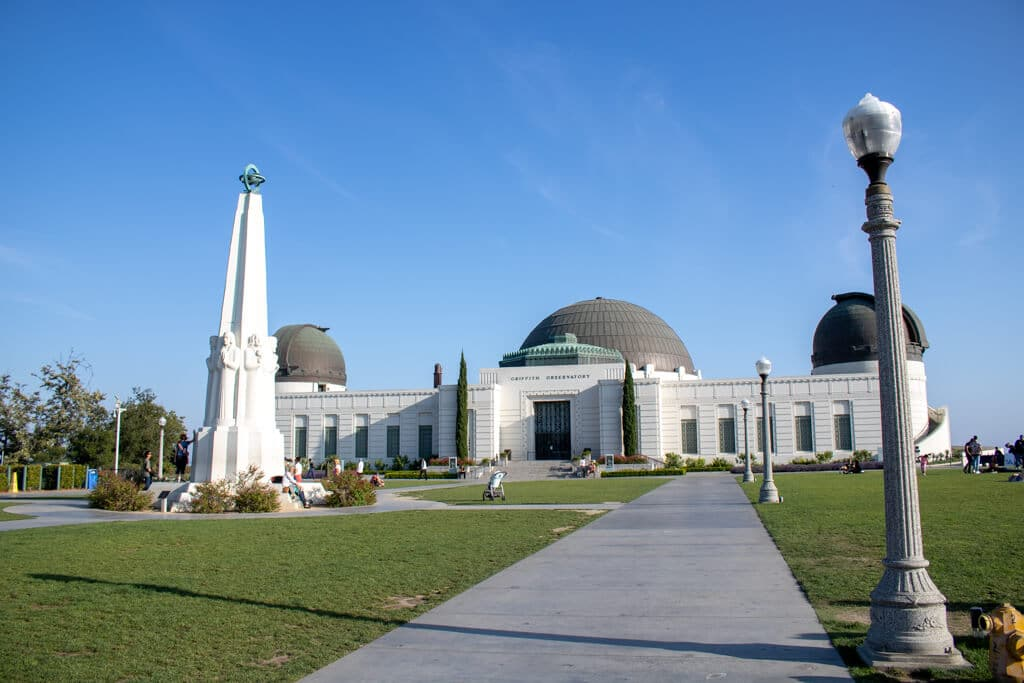 Griffith Observatory in Los Angeles bei strahlend blauem Himmel