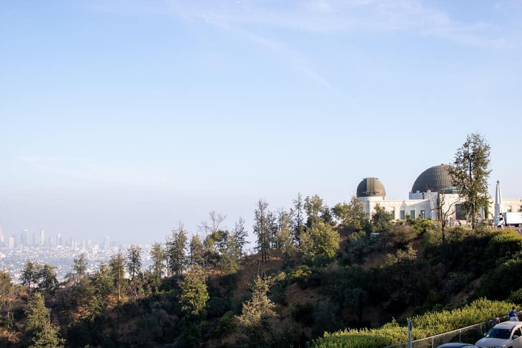 Griffith Observatory auf einem Hügel rechts, links darunter die Stadt