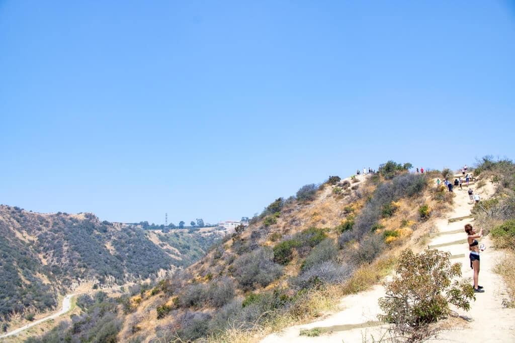 sandige Wege führen einen Hügel hoch