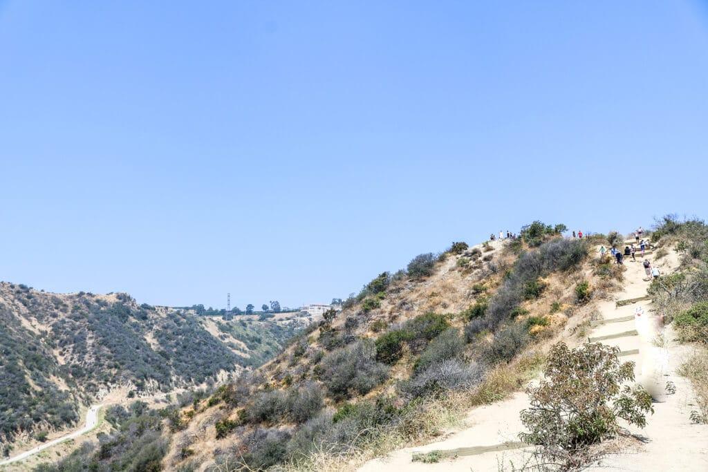 sandige Wege führen einen Hügel hoch zum Runyon Canyon