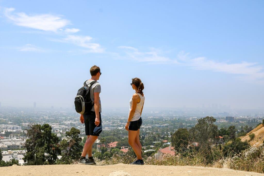 Ein Paar blickt auf Los Angeles - vom Runyon Canyon Park aus