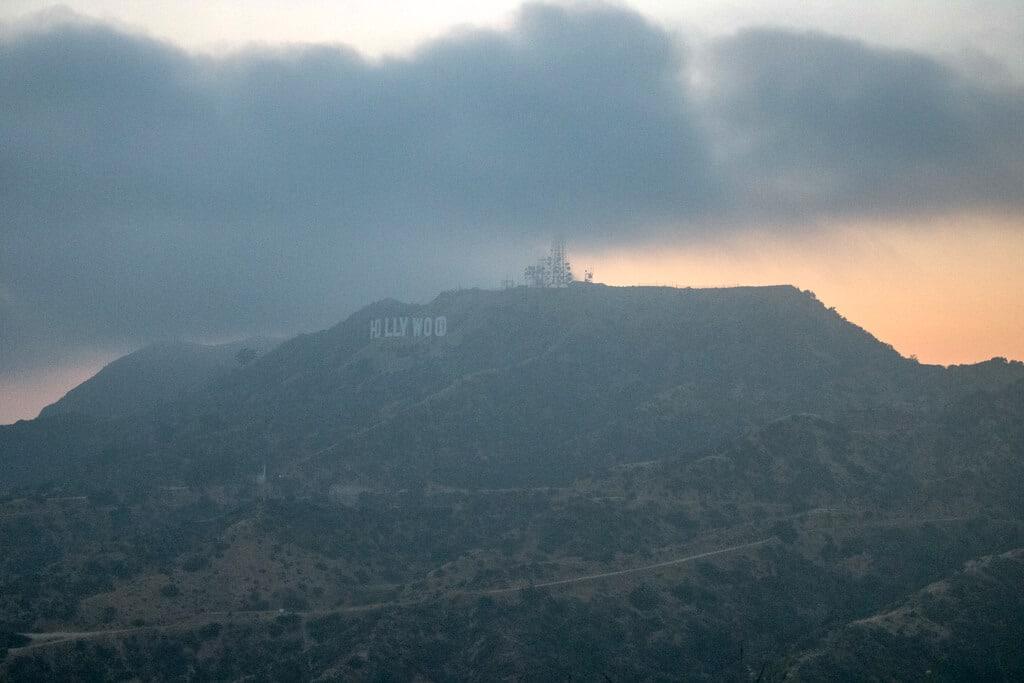 Hollywood-Sign auf einem Hügel im Nebel