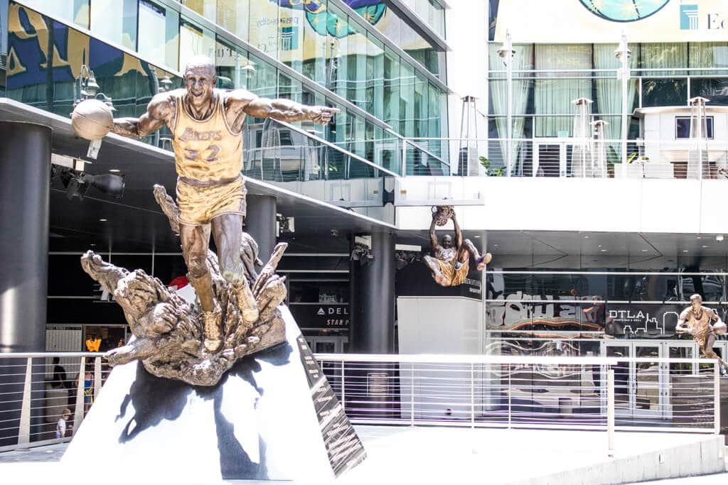 bronzefarbene Statue eines Basketballers vor dem Staples Center in Los Angeles