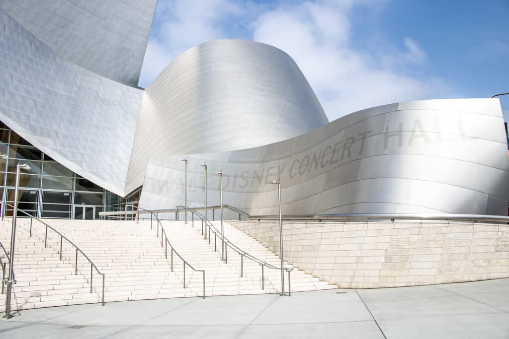 Stufen führen zum Eingang der Walt Disney Concert Hall; wellenförmiges Gebäude mit silber glänzender Fassade