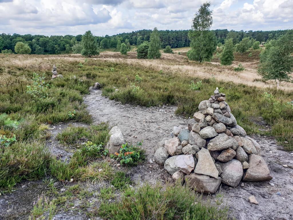 Steinhügel in der Heidelandschaft bei Wesel