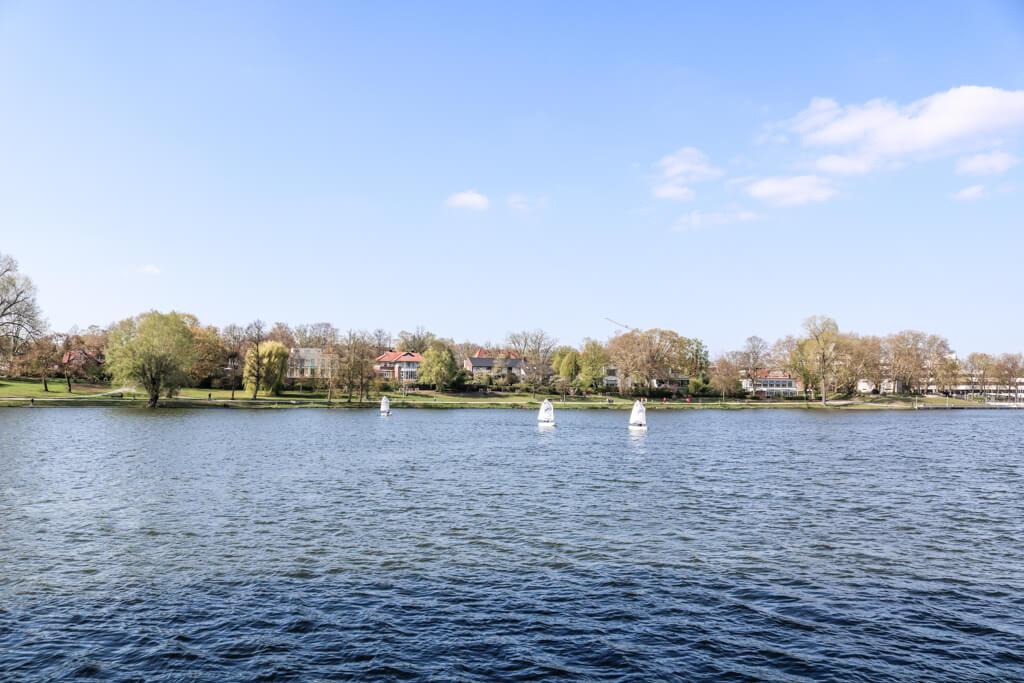 Blick über den Aasee in Münster mit Segelbooten auf dem Wasser