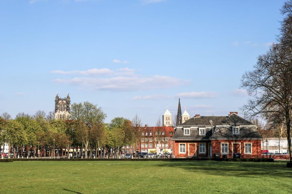 Blick auf die Stadt Münster mit mehreren Kirchtürmen vom Schloss aus