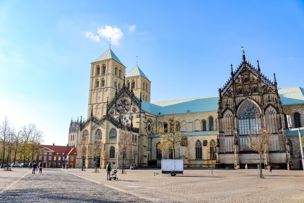 St. Paulus Dom in Münster aus hellem Sandstein mit dem Domplatz