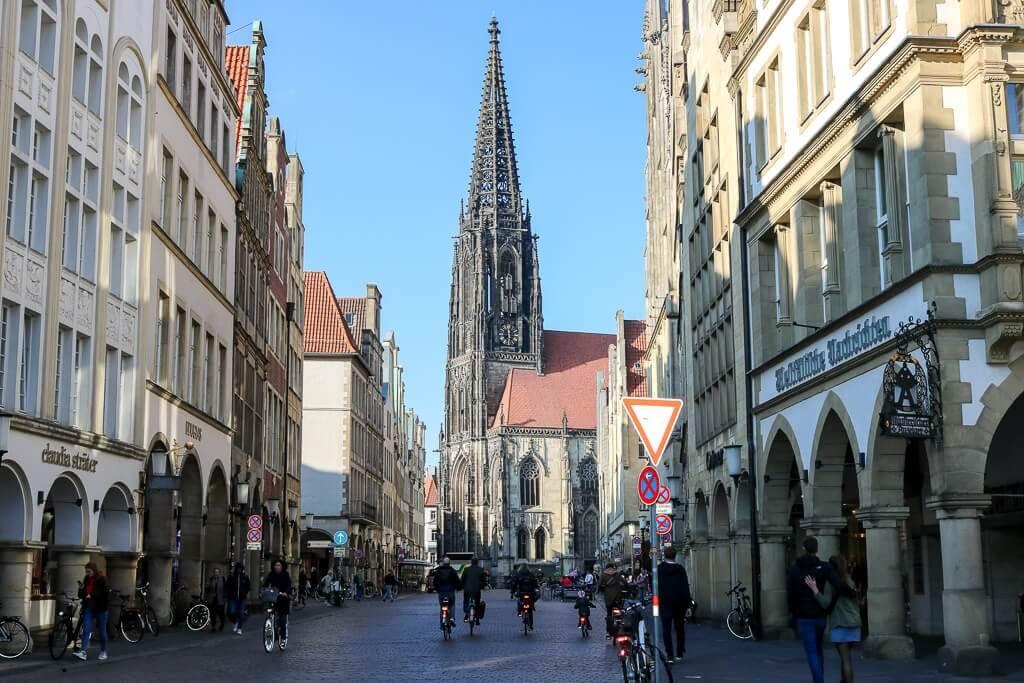 Blick über den Prinzipalmarkt zur Lambertikirche in Münster