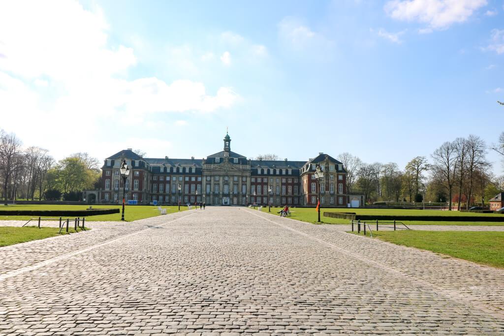 Blick auf das Schloss in Münster über den großen Vorplatz