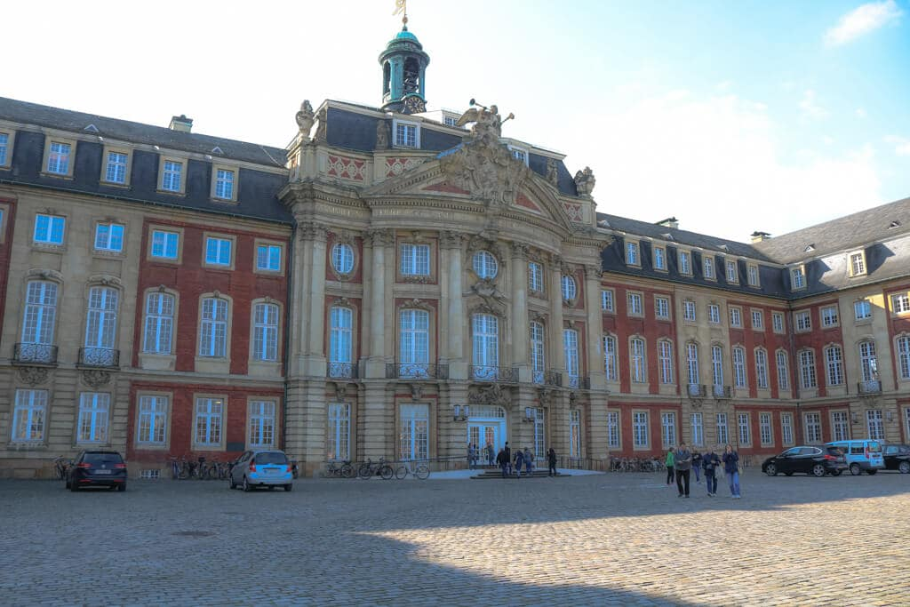Nahaufnahme vom Eingangsportal des Schlosses in Münster